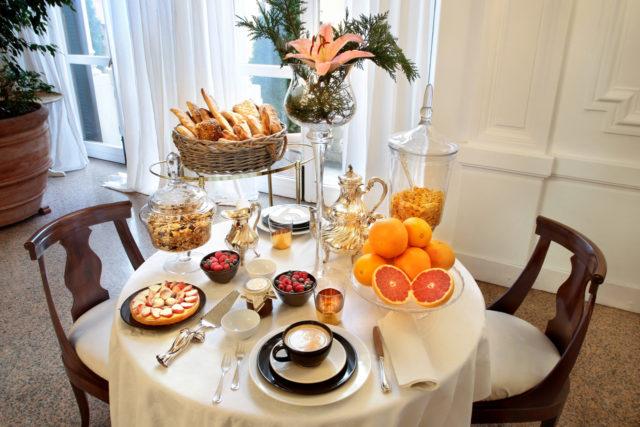 il tavolo preparato per la colazione
