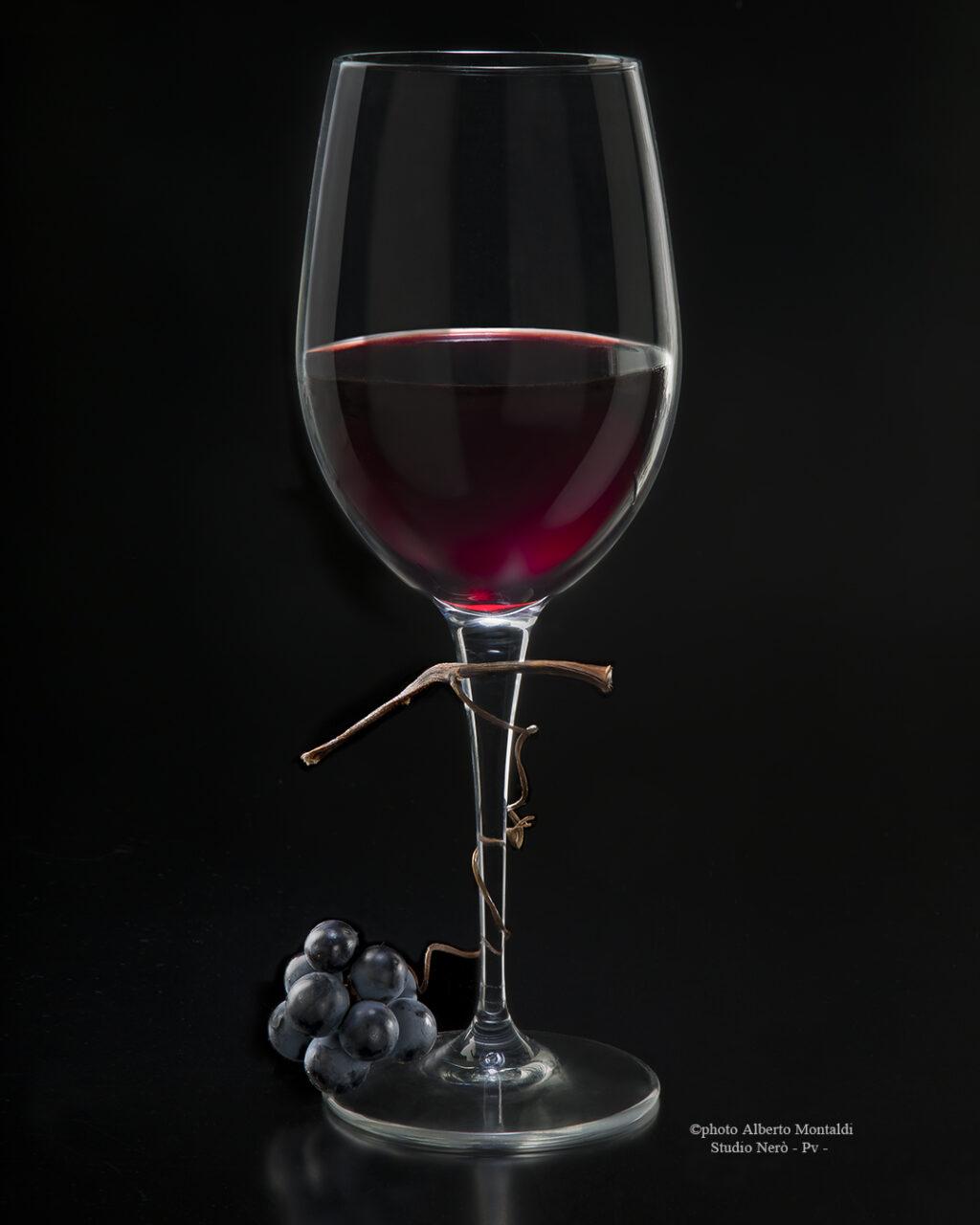 Bicchiere VinoRossoFermo con Grappolino su FondoNero