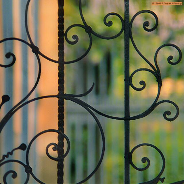 particolare di cancello a pavia